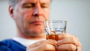 Люди, постоянно употребляющие алкоголь в больших количествах, чаще всего страдают от гипертонии