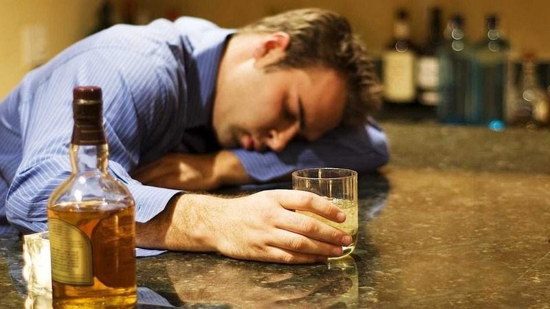 Как распознать запойного алкоголика