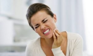 Употребление алкоголя после удаления зуба значительно замедлит его заживление