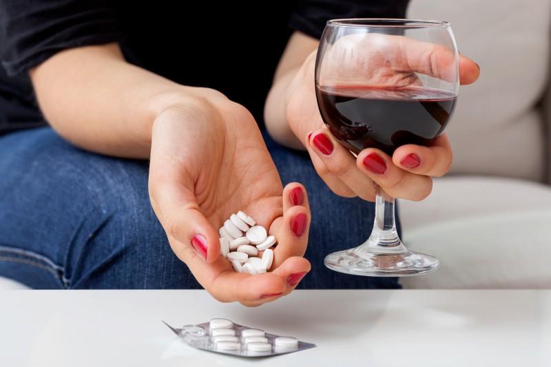 Обезболивающее и алкоголь: какое можно пить, совместимость и последствия