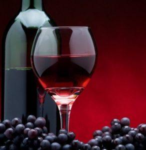 Для употребления в целях лечения, следует выбирать красное вино, состоящее из натуральных компонентов