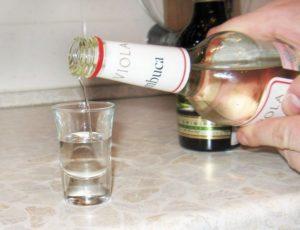 Только при употреблении в небольших количествах водка расширяет сосуды и понижает давление