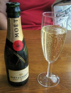 Шампанское является одним из запрещенных диетологами напитков